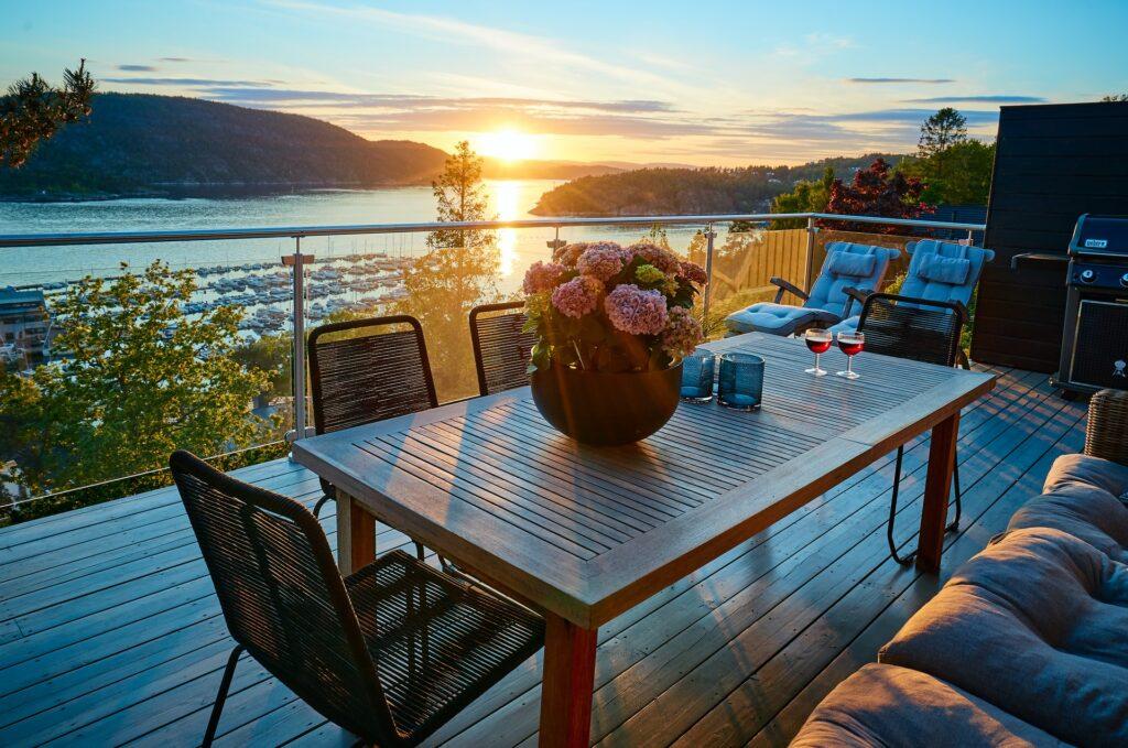 Glasräcke på en altan med en vacker solnedgång.